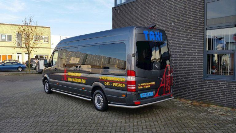 Taxibus van Taxibedrijf Van Alebeek achterkant